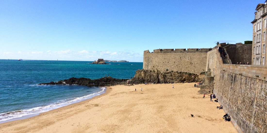Saint-Malo intramuros plage printemps